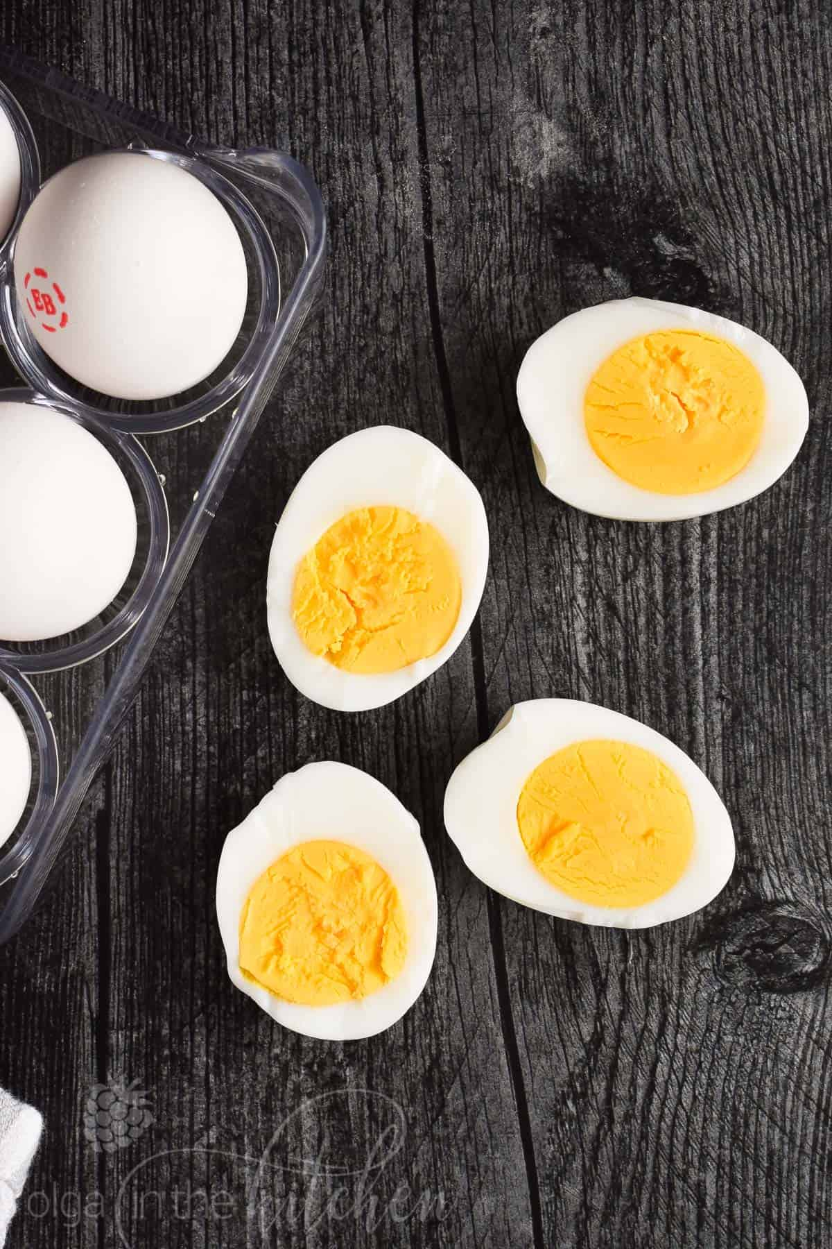 Learn how to make Hard Boiled Eggs. Everyone needs an easy go-to method for making perfectly cooked eggs every time. #hardboiledeggs #howtopeeleggs #boiledeggs #olgainthekitchen